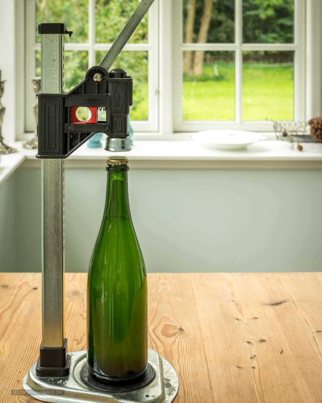 hjemmelavet hyldeblomst champagne proppes på champagneflasker